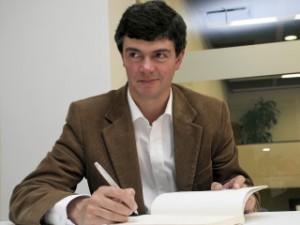 El escritor Enrique Serrano (Barrancabermeja, 1960) gano en 1996 el premio de cuento Juan Rulfo que otorga Radio Francia Internacional.